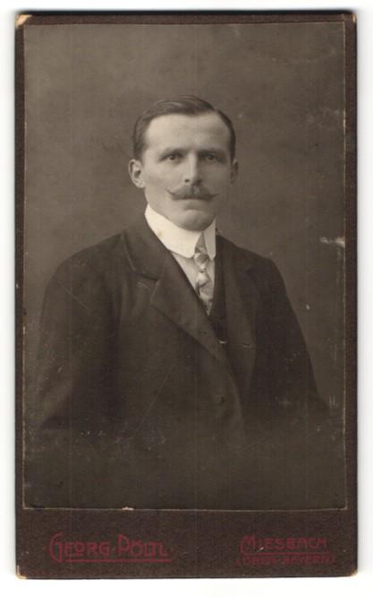 Fotografie Georg Pöltl, Miesbach / Ober-Bayern, Portrait Mann mit Zwirbelbart und Krawatte im Anzug