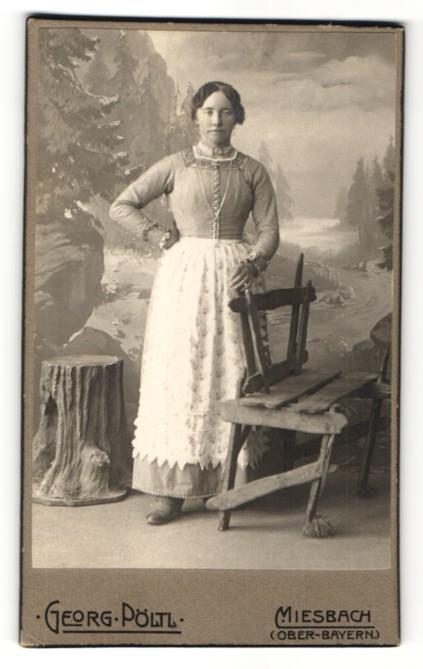 Fotografie Georg Pöltl, Miesbach / Ober-Bayern, Portrait Frau mit Halkette und Schürze in zeitgenössischer Kleidung