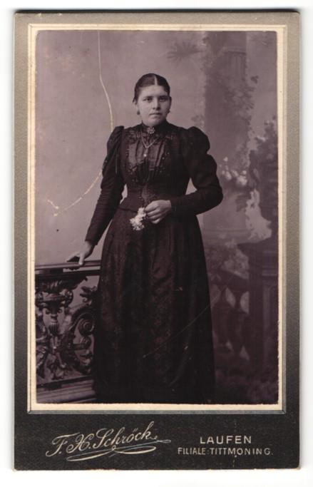 Fotografie F. H. Schröck, Laufen, Portrait Frau in zeitgenössischer Kleidung mit Blume