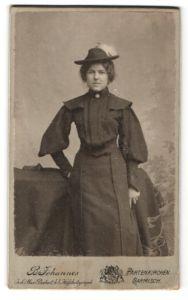Fotografie B. Johannes, Garmisch-Partenkirchen, Portrait Frau mit Hut im bürgerlichen Kleid