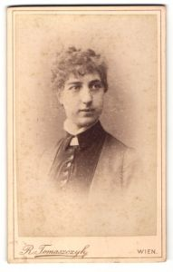 Fotografie R. Tomaszczyk, Wien, Portrait Mädchen in bürgerlicher Kleidung mit zurückgebundenem Haar