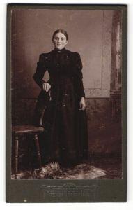 Fotografie J. Schubeck Jun., Teisendorf, Portrait Frau mit Mittelscheitel im bürgerlichen Kleid