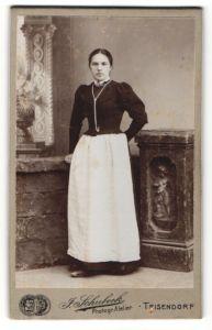 Fotografie J. Schubeck, Teisendorf, Portrait Mädchen in bürgerlicher Kleidung mit Schürze
