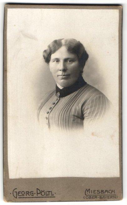 Fotografie Georg Pöltl, Miesbach / Ober-Bayern, Portrait Frau mit Kragenbrosche in gestreifter Bluse