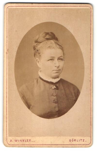 Fotografie A. Winkler, Görlitz, Portrait Frau mit Felchtfrisur in zeitgenössischer Kleidung