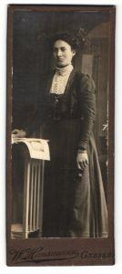 Fotografie W. Hausmann, Gnesen, Portrait Frau im bürgerlichen Kleid mit zurückgebundenem Haar