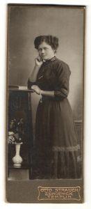 Fotografie Otto Strauch, Zehdenick / Templin, Portrait Frau im bürgerlichen Kleid mit Armband