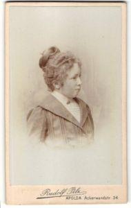 Fotografie Rudolf Pilz, Apolda, Portrait Mädchen mit Kragenbrosche und Hochsteckfrisur in bürgerlicher Kleidung