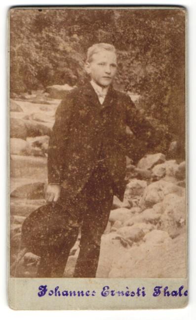 Fotografie Johannes Ernesti, Thale, Portrait Junge mit Fliege und Hut im Anzug