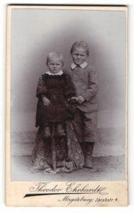Fotografie Theordor Ehrhardt, Magdeburg, Portrait Mädchen und Junge in bürgerlicher Kleidung