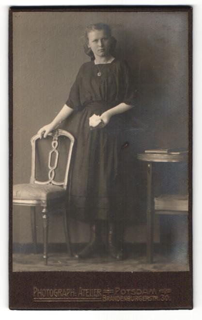 Fotografie Atelier Potsdam, Potsdam, Portrait Mädchen in zeitgenössischem Kleid mit Buch
