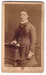 Fotografie Gustav Wetzel, Dresden, Portrait Frau mit Halskette im bürgerlichen Kleid