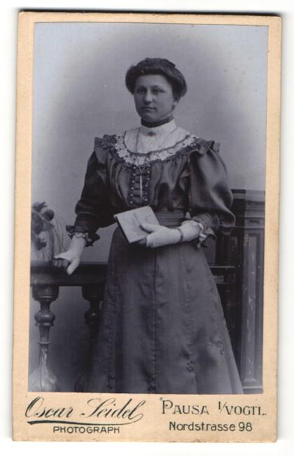 Fotografie Oscar Seidel, Pausa i. Vogtl., Portrait Frau im Kleid mit Puffärmeln und Buch