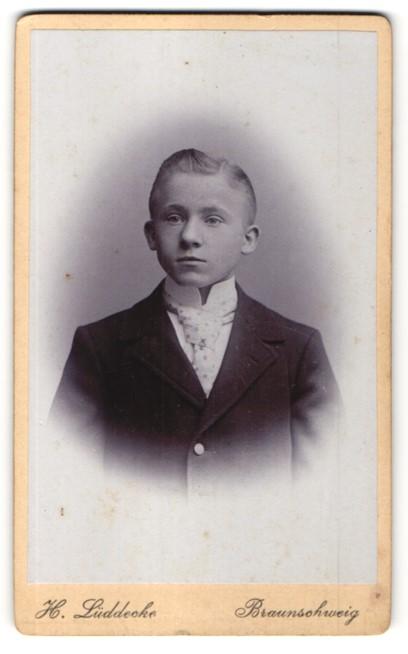 Fotografie H. Lüddecke, Braunschweig, Portrait Junge mit Krawatte im Mantel