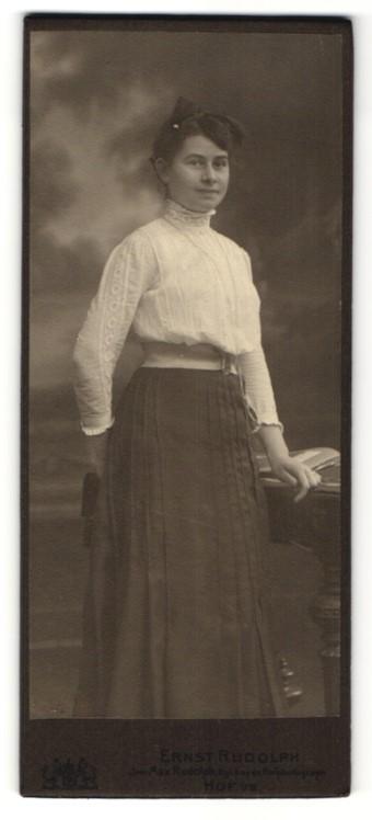 Fotografie Ernst Rudolph, Hof i. S., Portrait junge Frau in weisser Bluse mit zurückgebundenem Haar