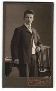 Fotografie Karl Mäckel, Burgstädt i / Sa., Portrait junger Mann im Anzug am Stuhl