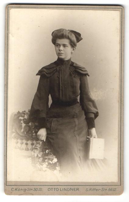 Fotografie Otto Lindner, Berlin, Portrait junge Frau mit Haarschleife im bürgerlichen Kleid
