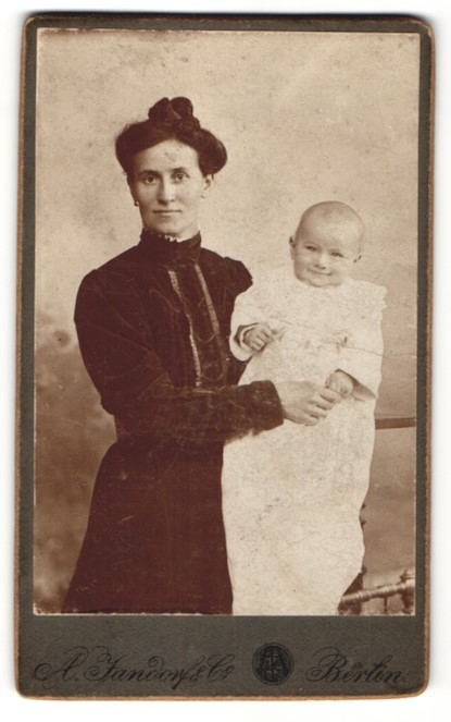 Fotografie A. Fandorf & Co., Berlin, Portrait Mutter im Samtkleid mit Baby