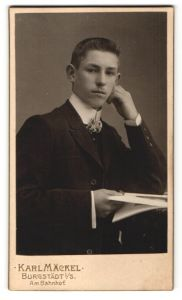 Fotografie Karl Mäckel, Burgstädt i / S., Portrait junger Mann mit aufgestütztem Kopf
