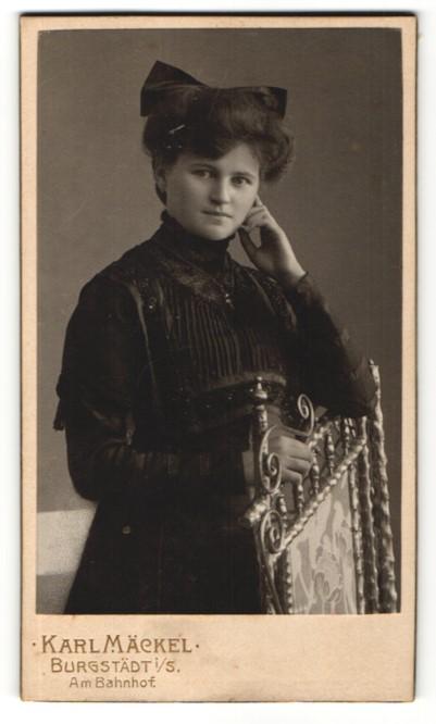 Fotografie Karl Mäckel, Burgstädt i / S., Portrait junge Frau mit Haarschleife im bürgerlichen Kleid