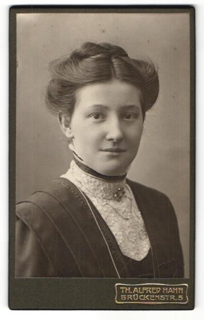 Fotografie Th. Alfred Hahn, Chemnitz, Portrait junge Frau mit Kragenbrosche im bürgerlichen Kleid