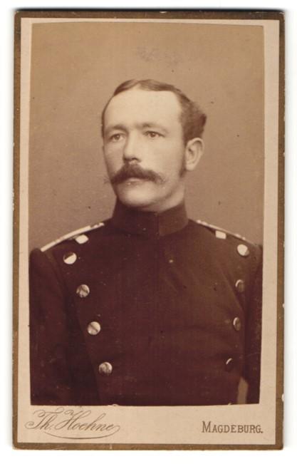 Fotografie Th. Hoehne, Magdeburg, Portrait charmanter Soldat mit Schnurrbart in interessanter Uniform