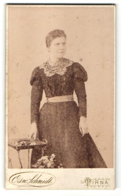 Fotografie Osw. Schmidt, Pirna, Portrait charmant blickende Dame im hübschen Kleid mit besticktem Kragen