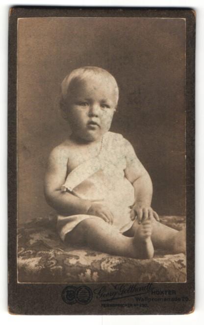 Fotografie Georg Gotthardt, Höxter, blondes süsses Kleinkind im weissen Hemdchen