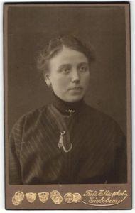 Fotografie Fritz Ette, Eisleben, Portrait brünette hübsche Frau mit Brosche in gestreifter Bluse