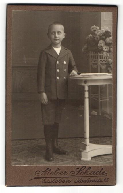 Fotografie Atelier Schade, Eisleben, Portrait frecher Bube mit kurzem Haar im eleganten Anzug