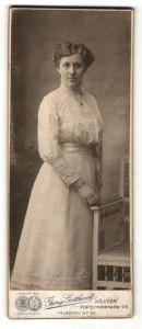 Fotografie Georg Gotthardt, Höxter, Portrait schönes Fräulein im weissen besticktem Kleid mit Halskette