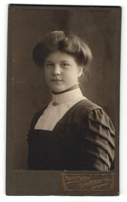 Fotografie Karl Mäckel, Burgstädt, Portrait junge Frau mit Kragenbrosche im bürgerlichen Kleid
