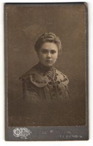 Fotografie Hugo Müller, Freiberg i. S., Portrait junge Frau in bürgerlicher Kleidung
