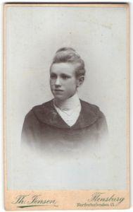 Fotografie Th. Jensen, Flensburg, Portrait Mädchen in bürgerlicher Kleidung mit Hochsteckfrisur