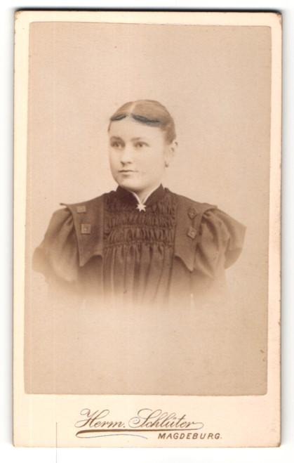 Fotografie Herm. Schlüter, Magdeburg, Portrait Mädchen im bürgerlichen Kleid mit zurückgebundenem Haar