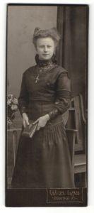 Fotografie Wilh. Lau, Hartha i. S., hübsches Fräulein mit Haarschleife und Buch