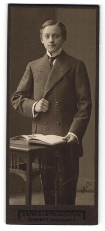 Fotografie Dietrich & Witte, Chemnitz, junger Mann mit charmantem Blick und Buch in der Hand