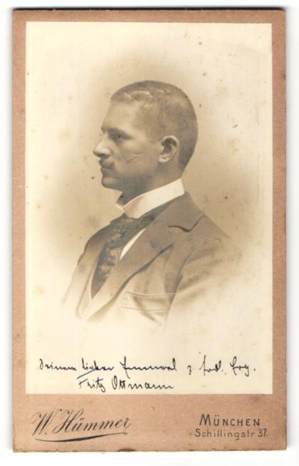 Fotografie W. Hümmer, München, Portrait hübscher junger Mann mit Schnurrbart in bedruckter Krawatte