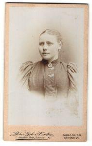 Fotografie Gebr. Martin, Augsburg, Portrait wunderschönes Fräulein mit Brosche und Ohrringen