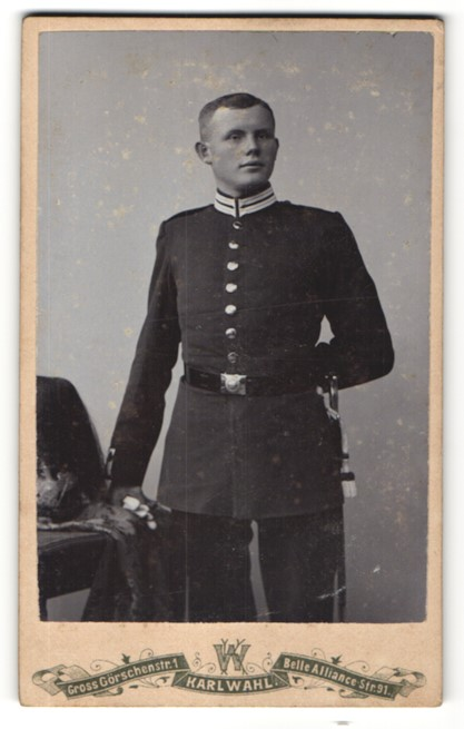 Fotografie Karl Wahl, Berlin, Deutscher Garde-Soldat in Uniform nebst Pickelhaube mit Paradebusch