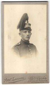 Fotografie Axel Larson, Göteborg, Portrait Schwedischer Soldat in Uniform mit Tschako