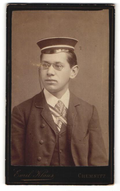 Fotografie Emil Klaus, Chemnitz, Portrait Student mit Zwicker & zu kleiner Mütze