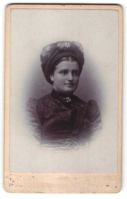 Fotografie junge Dame mit Edelweiss-Brosche in Tracht