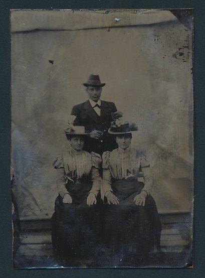 Fotografie Ferrotypie junger Mann im feinen Zwirn & elegante Damen