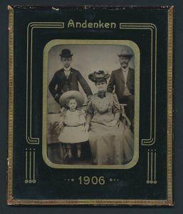 Fotografie Ferrotypie im Rahmen hinter Glas, Familie wohl gekleidet im Foto-Atelier, Jahreszahl 1906