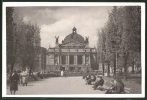 Fotografie Fotograf unbekannt, Ansicht Lemberg, Leute flanieren am Opernhaus