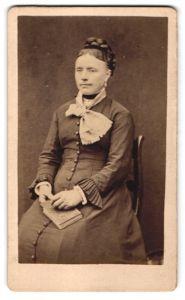 Fotografie unbekannter Fotograf und Ort, Portrait Dame mit zeitgenöss. Frisur und Kleidung