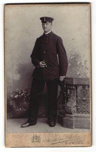 Fotografie Wilhelm Adler, Coburg, Portrait Postbeamter in Dienstkleidung