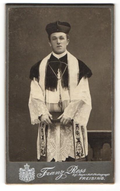 Fotografie Franz Ress, Freising, Portrait kathol. Geistlicher in Ornat