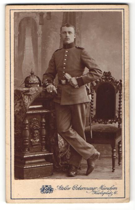 Fotografie Atelier Ostermayr, München, Portrait Soldat mit Pickelhaube
